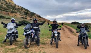 Endurofahrer unterwegs auf einer Klippe an der Algarve.