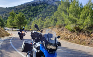 Motorradfahrer auf einer Kurvenstrecke in Spanien.