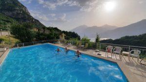 Eine Gruppe von Motorradfahrern nutzt den Pool im Hotel, hoch auf dem Berg mit Blick über den Gardasee.